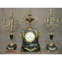 Антикварные часы с канделябрами в камне