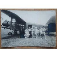 Фото на фоне самолета АН-2. 1950-е. 9х13 см.