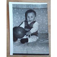 Фото ребенка с мячом. 10х14 см.