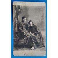 Фото двух девушек. 8х13.5 см.