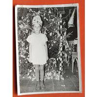 Фото у девочки у елки. 13х18 см.