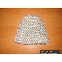 Серо-белая вязаная шапка