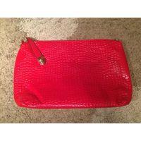 Красивый сумки-клатчи-косметички 2 цвета, ярко-красный и молочного цвета из натуральной кожи. Размер 35 на 25 см. Новые.