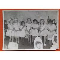 """Фото """"танца маленьких лебедей"""" на уореннике в детском саду. 13х18 см."""
