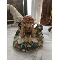 Статуэтка мальчик с собакой и книгой фарфоровая статуэтка Capodimonte Италия Бисквит Роспись