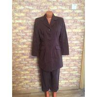 Красивый деловой костюм на 46-48 размер, коричневого цвета в полоску.