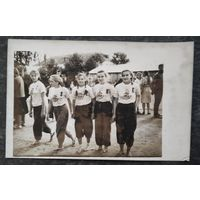 Фото группы девочек на соревнованиях. 1960-е. 9х14 см.