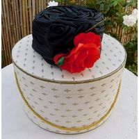Непревзойдённый Винтаж: Чёрная Шёлковая Шляпа-таблетка в оригинальной коробке от 1950-х modele de Paris.
