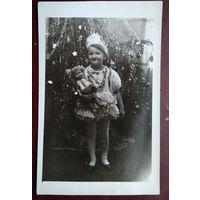 Фото. Девочка-снегурочка с куклой. 1972 г. 9х14 см