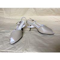 Босоножки женские, кожаные, новые, бежевые, каблук 7см, размер 37,5