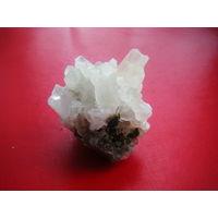 Коллекционный минерал. С низу марион с верху не знаю, кристал треугольный в сечении.