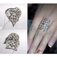 Перстень с россыпью черных и белых кубических цирконов.