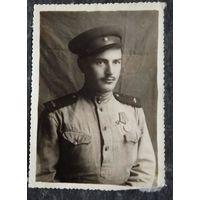 Фото солдата с медалью. 1947 г. 8х811 см.