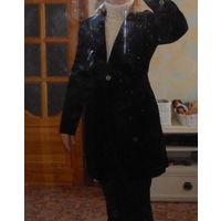 В подарок к купленной одежде К 8 марта качественная одежда.Черный бархатный удлиненный ,приталенный пиджак . Р-р 44