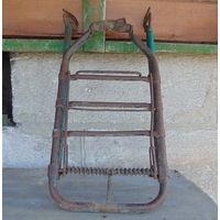 Старинный багажник для довоенного велосипеда.