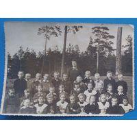 Фото школьников с учительницей.
