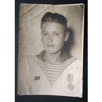 Фото моряка с медалью. 1944 г. 8х12 см.