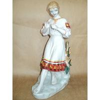 Статуэтка фарфоровая Девушка с ромашкой
