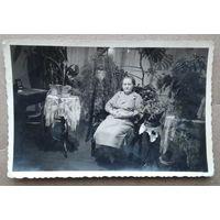 Фото военых лет. Женщина в кресле. 1943 г.  г.Идреси. Чувашия. 6х9 см.